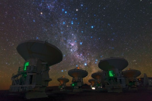 This picture shows ALMA antennas pointing towards the centre of the milky-way. (Photo: ESO, B. Tafreshi)