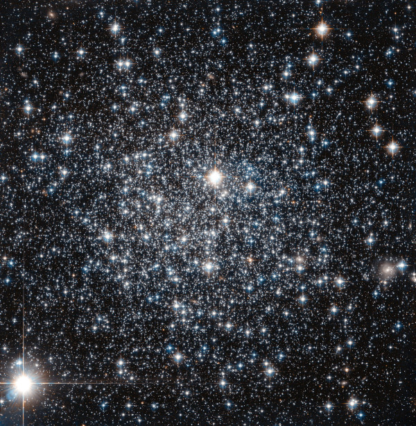 This new NASA/ESA Hubble Space Telescope image shows the globular cluster IC 4499. A cosmic archaeological dig has unfolded within a giant ball of stars some 55,000 light-years away. Credit: NASA)