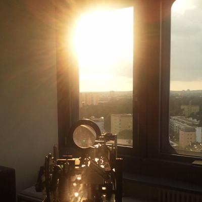 Erlangen-based physicists have sent bright pulses in sensitive quantum states through the window of a technical services room on the roof of the Max Planck Institute for the Science of Light to a building of the University Erlangen-Nürnberg. These types of light flashes are easy to receive even when the sun is shining brightly, unlike the signals of individual photons used to date. (Credit: MPI for the Science of Light)