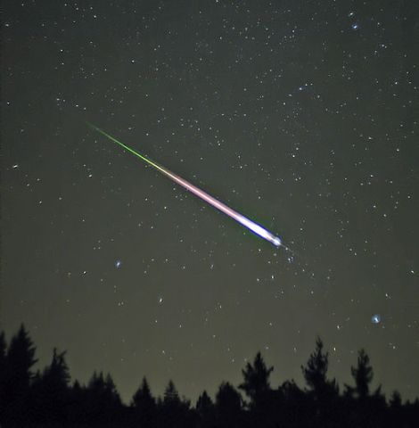 A meteor during the peak of the 2009 Leonid Meteor Shower. The photograph shows the meteor, afterglow, and wake as distinct components.(Credit: Wiki)